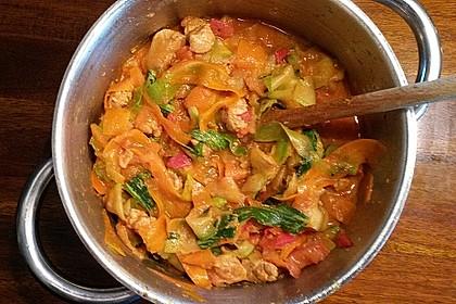 Zucchini-Karotten-Bandnudeln mit Hähnchen und Tomate 23