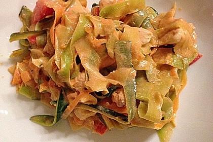 Zucchini-Karotten-Bandnudeln mit Hähnchen und Tomate 22
