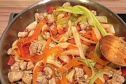 Zucchini-Karotten-Bandnudeln mit Hähnchen und Tomate 12