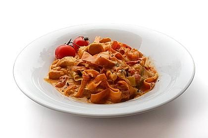 Zucchini-Karotten-Bandnudeln mit Hähnchen und Tomate 1