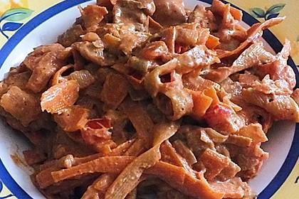 Zucchini-Karotten-Bandnudeln mit Hähnchen und Tomate 38