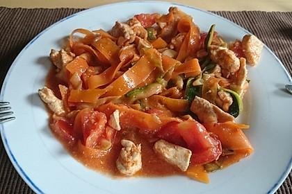 Zucchini-Karotten-Bandnudeln mit Hähnchen und Tomate 17