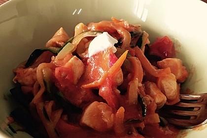 Zucchini-Karotten-Bandnudeln mit Hähnchen und Tomate 54