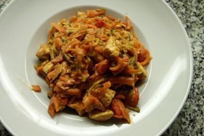 Zucchini-Karotten-Bandnudeln mit Hähnchen und Tomate 62