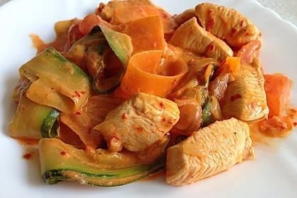 Zucchini-Karotten-Bandnudeln mit Hähnchen und Tomate 7