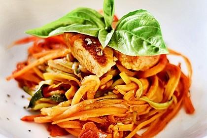 Zucchini-Karotten-Bandnudeln mit Hähnchen und Tomate 2