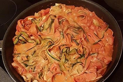 Zucchini-Karotten-Bandnudeln mit Hähnchen und Tomate 40