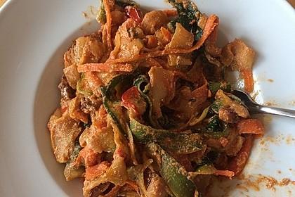 Zucchini-Karotten-Bandnudeln mit Hähnchen und Tomate 39