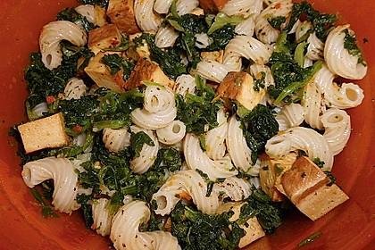 Nudelsalat mit Räuchertofu, Spinat und Paprika