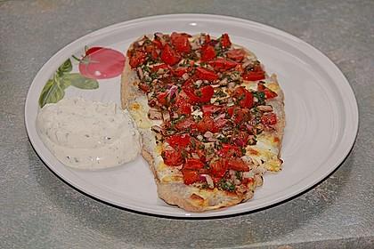 Flammkuchen mit Kräuter-Tomaten-Mischung
