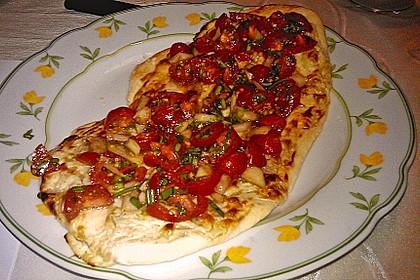 Flammkuchen mit Kräuter-Tomaten-Mischung 2