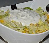 Eisbergsalat mit Mais und Joghurtsauce