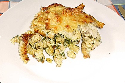 Nudelauflauf mit Gorgonzolasoße, Blattspinat und Lachs 8