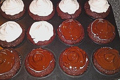 Schokoladenmuffins mit einem Marshmallowhut 112