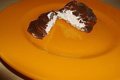 Schokoladenmuffins mit einem Marshmallowhut 117