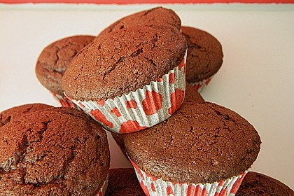 Schokoladenmuffins mit einem Marshmallowhut 106