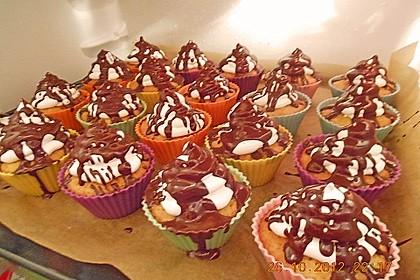 Schokoladenmuffins mit einem Marshmallowhut 115