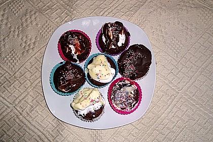 Schokoladenmuffins mit einem Marshmallowhut 114