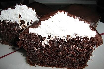 Schokoladenmuffins mit einem Marshmallowhut 77