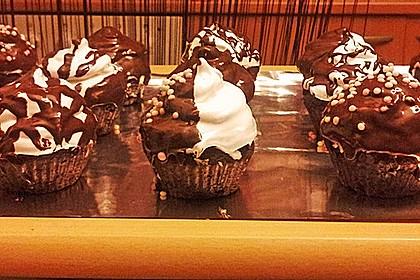 Schokoladenmuffins mit einem Marshmallowhut 91
