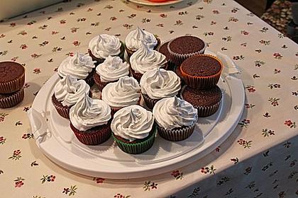 Schokoladenmuffins mit einem Marshmallowhut 58