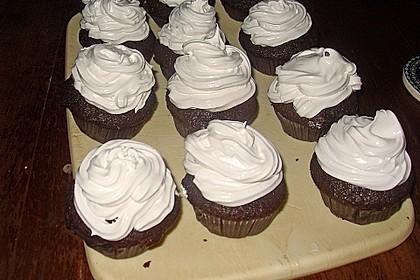 Schokoladenmuffins mit einem Marshmallowhut 90