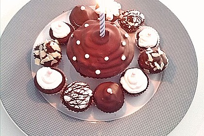 Schokoladenmuffins mit einem Marshmallowhut 20