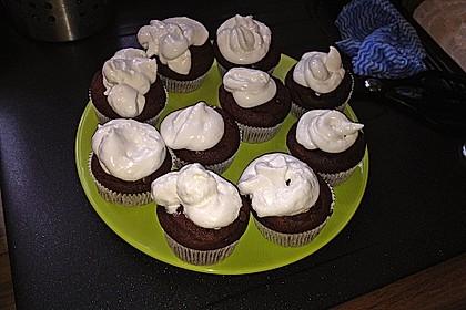 Schokoladenmuffins mit einem Marshmallowhut 70
