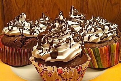Schokoladenmuffins mit einem Marshmallowhut 10