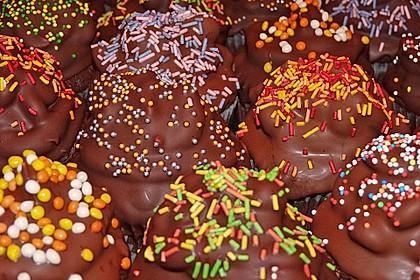 Schokoladenmuffins mit einem Marshmallowhut 44
