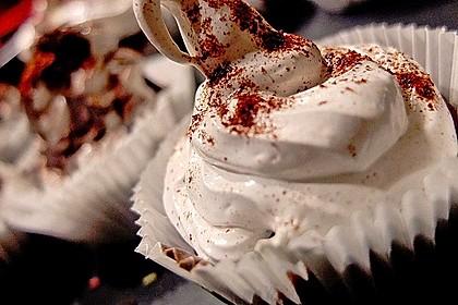 Schokoladenmuffins mit einem Marshmallowhut 36
