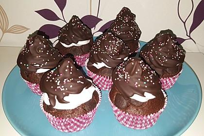 Schokoladenmuffins mit einem Marshmallowhut 98