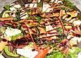 Salatteller mit Schafskäse und Pesto