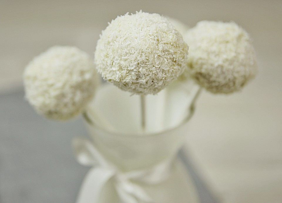 coconut cake pops rezept mit bild von dashonigkuchenpferd. Black Bedroom Furniture Sets. Home Design Ideas