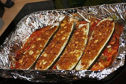 "Zucchini mit Couscous-Feta-Füllung auf Tomatenbett  ""SuperNova"""