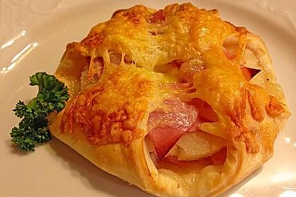 Blätterteigtascherl nach Art von Pizza *Hawaii*