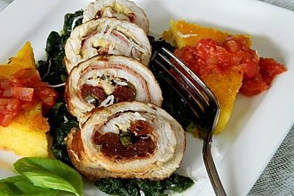 Involtini von der Pute auf Blattspinat mit Polentaschnitte und Tomatensauce 7