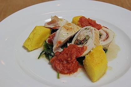 Involtini von der Pute auf Blattspinat mit Polentaschnitte und Tomatensauce