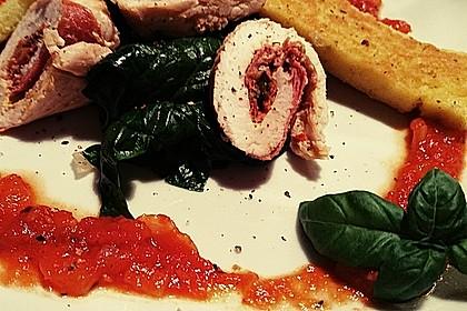 Involtini von der Pute auf Blattspinat mit Polentaschnitte und Tomatensauce 8