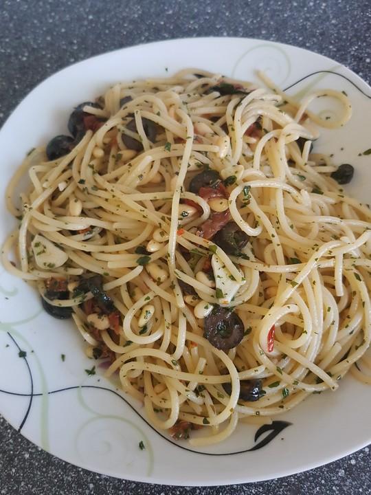 schnelle spaghetti mit getrockneten tomaten oliven und chili rezept mit bild. Black Bedroom Furniture Sets. Home Design Ideas