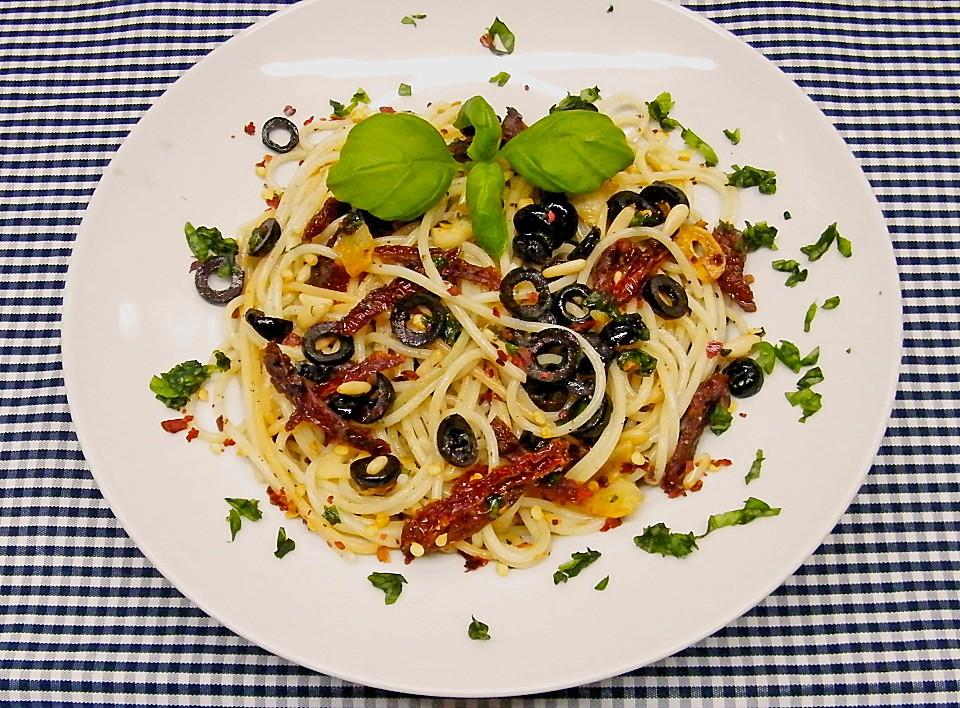 schnelle spaghetti mit getrockneten tomaten oliven und chili von koelkast. Black Bedroom Furniture Sets. Home Design Ideas