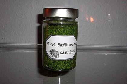 Pesto mit Rucola, Basilikum, Walnüssen und Pinienkernen 1