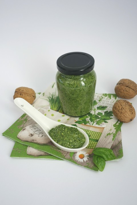 pesto mit rucola basilikum waln ssen und pinienkernen rezept mit bild. Black Bedroom Furniture Sets. Home Design Ideas
