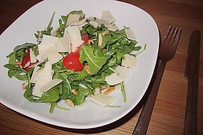 Rucola-Salat mit Datteltomaten, Pinienkernen und Parmiggiano