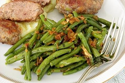 Grüne Bohnen mit Zwiebeln in Butter geschwenkt