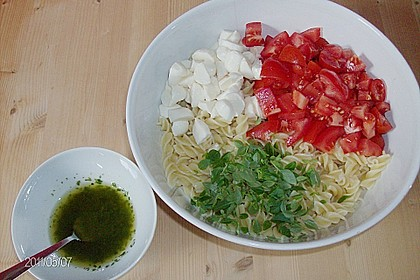 Nudel-Tomaten-Mozzarella-Salat 17