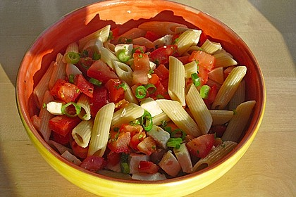 Nudel-Tomaten-Mozzarella-Salat 1