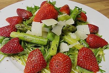 Grüner Spargel mit Erdbeeren, Rucola und Fruchtdressing 3