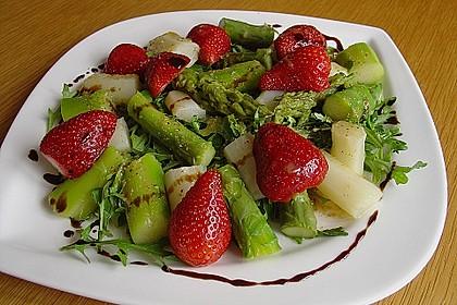 Grüner Spargel mit Erdbeeren, Rucola und Fruchtdressing 4
