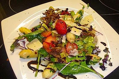 Grüner Spargel mit Erdbeeren, Rucola und Fruchtdressing 6